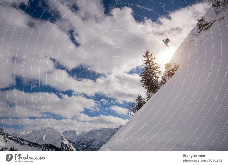 Over jump Sport Wintersport Sportler Tiefschnee Mensch maskulin 1 Natur Landschaft Himmel Wolken Sonne Sonnenlicht Schönes Wetter Baum Felsen Alpen