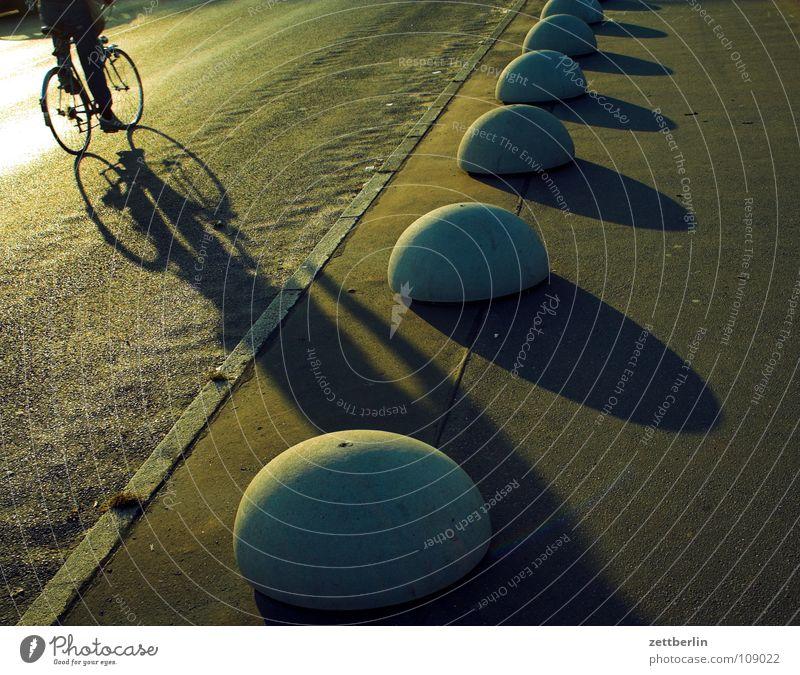 Heimweg Fahrbahn Richtung Poller Fahrrad Fahrradfahren Zwerg Koloss blenden Gegenlicht Arbeitsweg Verkehrswege Freizeit & Hobby Straße Straßenverkehr Asphalt