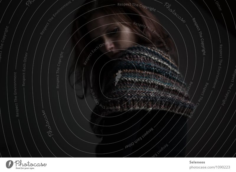 Schafspelz Freizeit & Hobby Handarbeit stricken Mensch feminin Frau Erwachsene Haare & Frisuren 1 Wärme weich Kragen Schal brünett Winter Farbfoto Innenaufnahme