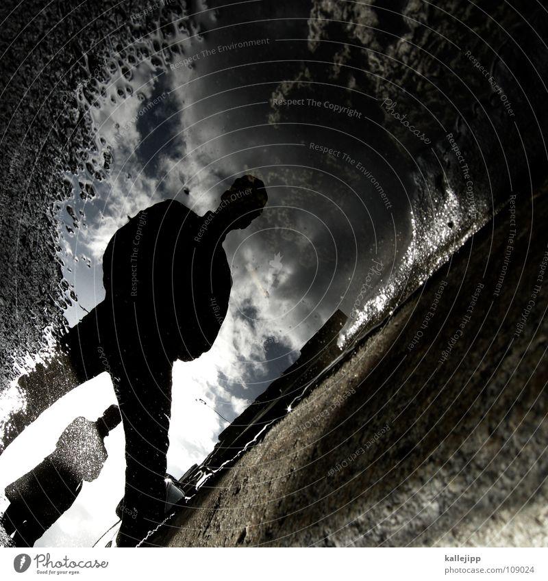gossenjungs Pfütze Wasserlache Mann Wasseroberfläche Wasserspiegelung Silhouette Rinnstein Spiegelbild