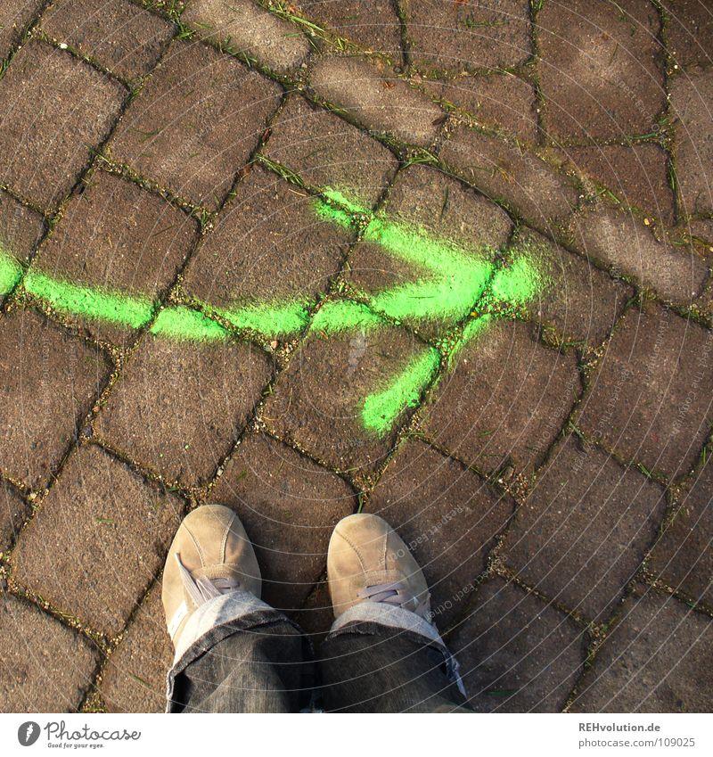 100 - weiter gehts! grün Fuß Wege & Pfade Denken Schuhe Beleuchtung gehen Schilder & Markierungen Beginn Sicherheit Aktion Kommunizieren stehen Vertrauen vorwärts Hose