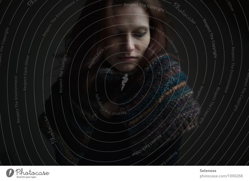 Kuschelzeit Mensch feminin Frau Erwachsene Kopf Haare & Frisuren Gesicht Auge Nase Mund 1 Winter Schal Wärme weich Farbfoto Innenaufnahme Licht Schatten