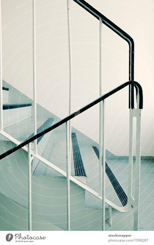 Treppe Innenaufnahme Treppenhaus Geländer alt verschlissen dreckig 1960s leer Menschenleer Gebäude Detailaufnahme Finnland Finnisch Architektur gewöhnlich