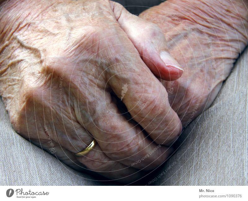 die hände in den schoß legen alt Einsamkeit Hand ruhig Leben Senior feminin Zufriedenheit 60 und älter Haut Finger Trauer Hautfalten Hose Ring Großmutter