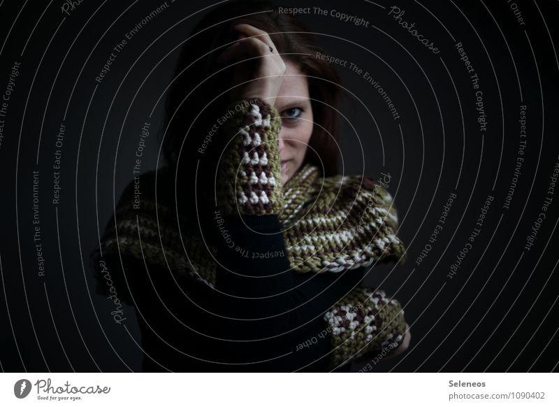Jetzt kommt der Herbst Winter Mensch feminin Frau Erwachsene Haare & Frisuren Gesicht Auge Hand 1 Mode Bekleidung Schal beobachten frieren Wärme Wohlgefühl
