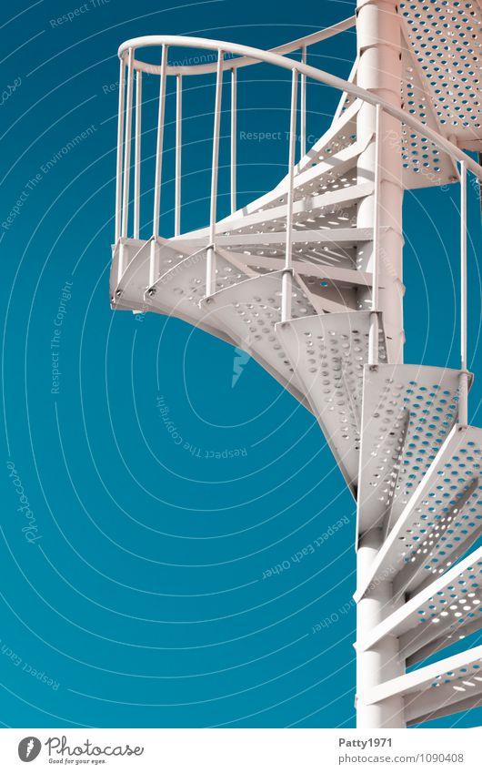 Wendeltreppe blau weiß Bewegung Treppe Erfolg Wolkenloser Himmel aufwärts Spirale Optimismus aufsteigen Metalltreppe