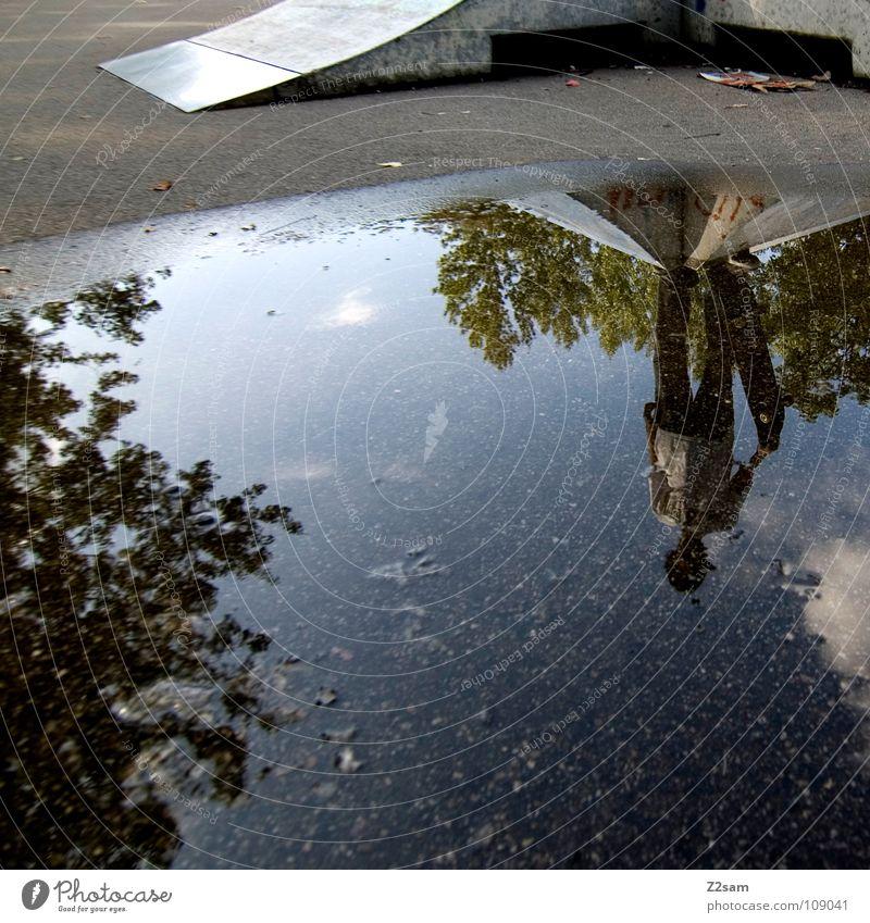 pfützenskater Sportpark Rampe Pfütze Reflexion & Spiegelung Baum stehen Jugendliche Gemälde Am Rand rechts Autobahnauffahrt Blatt Herbst Einsamkeit verloren