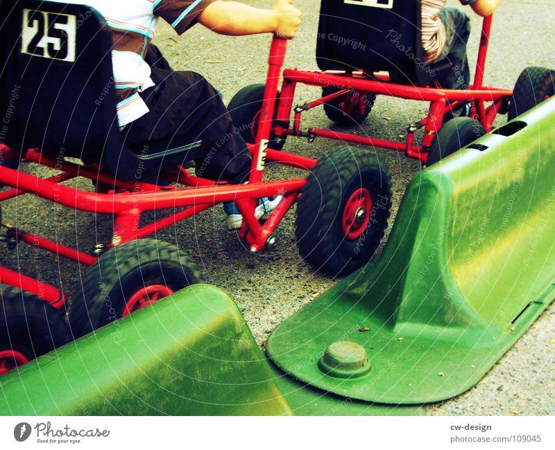 mit vollgas weiter! I Kind Spielplatz Spielen fahren stehen Sandkasten Sportplatz Fahrbahn Rennbahn stoppen Hinweisschild Warnschild Straßenrand