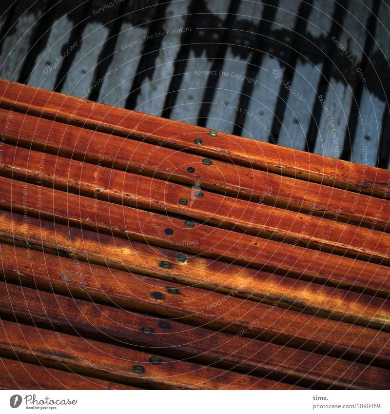 schräg über quer Schifffahrt Ruderboot Schiffsplanken Sitzgelegenheit Bootslack Nagel Holz Linie diagonal alt dunkel eckig historisch maritim nass authentisch