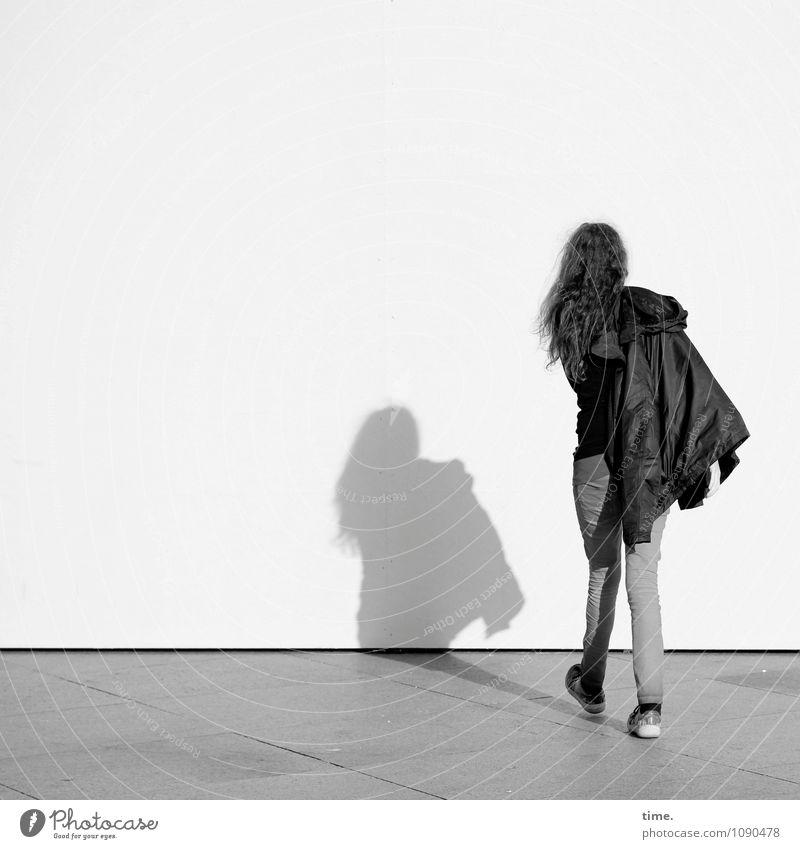 Schattenspenderin Mensch Ferne Wand Bewegung feminin Mauer gehen Idee einzigartig geheimnisvoll Gelassenheit Hose entdecken Jacke brünett Irritation