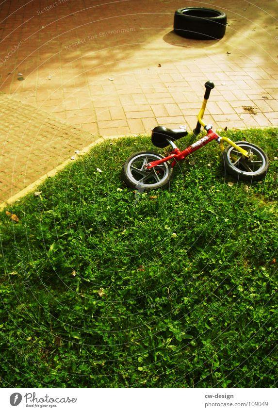 fahrerflucht Kinderfahrrad Gras Rasen Außenaufnahme Wegrand Menschenleer liegen vergessen
