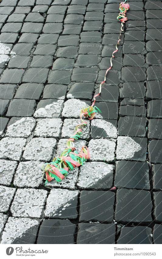 Irgendwo in Italien (4). grün weiß rot Freude gelb Straße Gefühle grau Stein Linie liegen Schilder & Markierungen ästhetisch Karneval Stadtzentrum