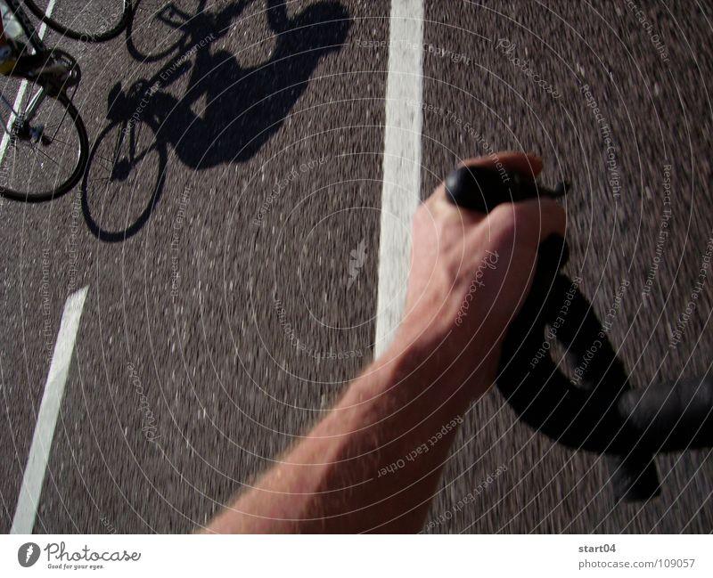 transalp Rennrad Hand Asphalt Sportveranstaltung Geschwindigkeit Radrennen Spielen Schatten Fahrrad Straße Arme Fahrradlenker Muskulatur