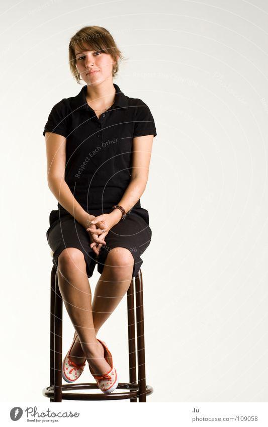 _ Sitzplatz Frau ruhig Ganzkörperaufnahme Freisteller Zufriedenheit warten sitzen Porträt Stuhl Bar Vertrauen Gelassenheit frontal Hocker Vor hellem Hintergrund