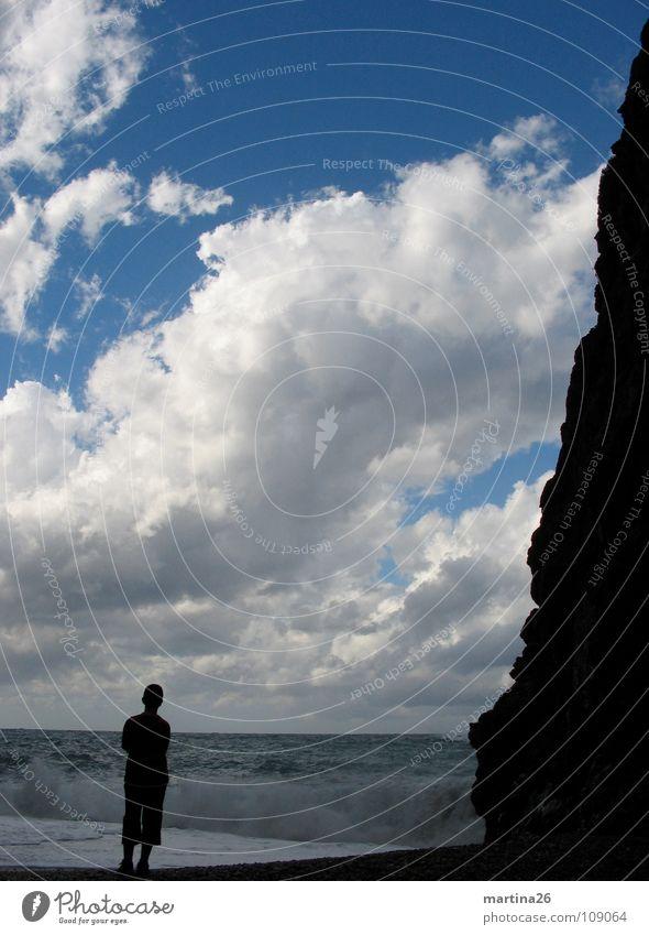 Der junge Mann und das Meer Mensch Himmel Wolken Einsamkeit Ferne See Denken Wellen Horizont Felsen Romantik Sehnsucht beeindruckend gewaltig Naturphänomene