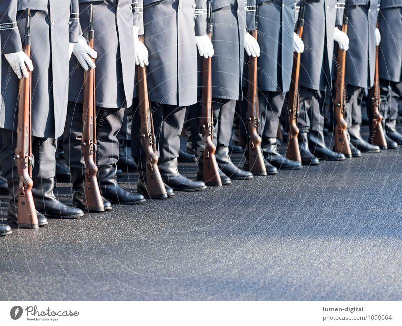 Soldaten des Wachregiments der Bundeswehr Beruf Straße Mantel Stiefel Zusammensein Krieg Deutschland Armee Brigade bundeswehr deutsch diagonal exerzieren Gewehr