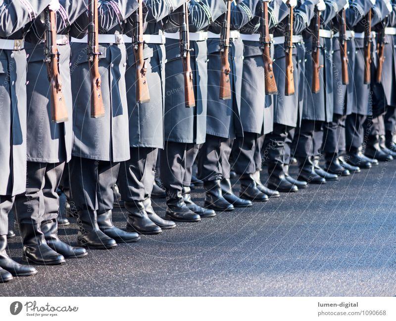 Soldaten des Wachregiments der Bundeswehr Straße Mantel Stiefel Zusammensein Krieg Deutschland Armee Brigade bundeswehr deutsch diagonal exerzieren Gewehr