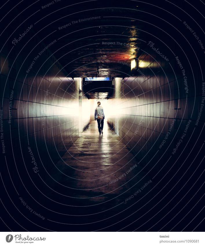 Licht am Ende des Tunnels Junge Frau Jugendliche Erwachsene 1 Mensch Bauwerk Gebäude Architektur Mauer Wand Verkehrswege Fußgänger schwarz Lichterscheinung Tod