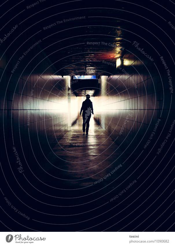 Licht am Ende des Tunnels Mensch feminin Angst Junge Frau Jugendliche Erwachsene Unterführung Bauwerk Mauer Wand schwarz unheimlich heimweg Lichterscheinung Tod