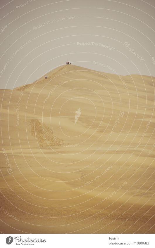 Wüst und leer Umwelt Natur Sand Himmel Hügel Wüste trist trocken Düne Spuren Mensch Menschengruppe Gipfel einfach Spuren im Sand heiß Dürre Abenteuer Ödland