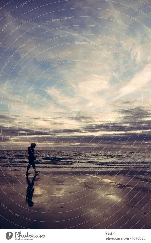 Bildgewaltigt Umwelt Natur Urelemente Erde Sand Wasser Himmel Wolken Klima Wellen Küste Strand Meer laufen kalt Frau Abenddämmerung nachdenklich Romantik Leben