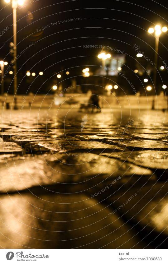 Perspektive Stadt Platz kalt Pflastersteine nass Beleuchtung Lampe Stadtleben Urbanisierung dunkel Froschperspektive Rom Straßenbelag Straßenbeleuchtung