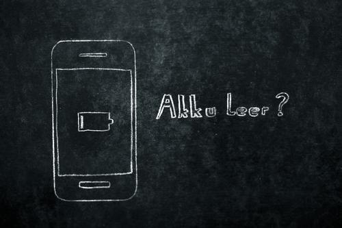 Akku leer Handy gezeichnet auf Tafel flau Schwäche Telefon Batterie PDA Tablet Computer Kreide grau schwarz weiß Elektronik technisch Fragen Schwarzweißfoto