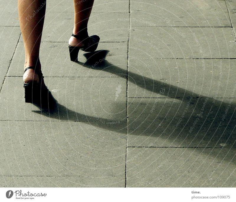 Daily Catwalk Busbahnhof Farbfoto Gedeckte Farben Außenaufnahme Frau Erwachsene Beine Verkehrswege Schuhe Beton gehen laufen Geschwindigkeit Drehung Säugetier