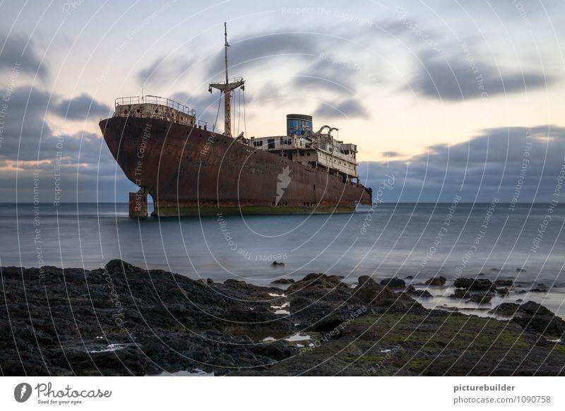 Schiffswrack Kreuzfahrt Strand Meer Küste Schifffahrt Rost alt warten kaputt trist Zukunftsangst Einsamkeit Traurigkeit Vergänglichkeit Farbfoto Außenaufnahme