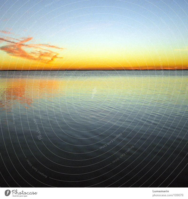 Erlöschen Wasser schön Himmel Sonne Meer blau rot ruhig Wolken Einsamkeit gelb Ferne Farbe Leben dunkel kalt