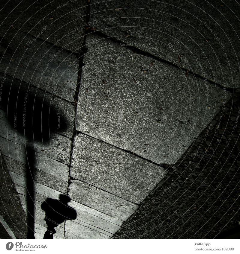 dunkelziffer Laterne Bürgersteig Fußgänger schwarz Spaziergang Gegenlicht Osten Straßenbelag Granit Befestigung Fußgängerzone Mann Schatten schwarzer mann