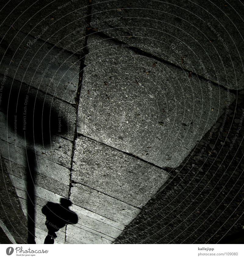 dunkelziffer Mann schwarz Stein laufen Spaziergang Laterne Bürgersteig Straßenbelag Fußgänger Osten Pflastersteine Befestigung Granit Fußgängerzone