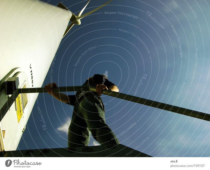 die höhe Kerl Mensch Windkraftanlage ökologisch Erneuerbare Energie drehen Kreis Blech Naht Elektrizität Reaktionen u. Effekte Funktion Brise Sturm Windböe