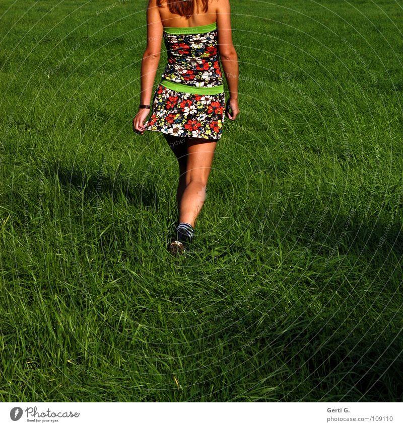 go go, girl Frau Junge Frau dünn Gesundheit braun sommerlich Sonnenbad Kleid Minikleid kurz mehrfarbig Muster gehen Gras Wiese Hüftschwung Schwung Swing Physik