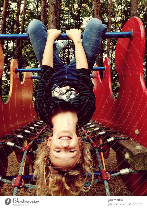 Abhängen Freizeit & Hobby Spielen Kindergarten Schulgebäude Schulhof Mensch feminin Mädchen 1 8-13 Jahre Kindheit Lächeln lachen Sport leuchten Fröhlichkeit