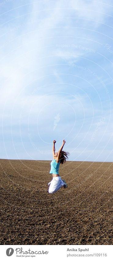 - learn to fly - Frau Himmel Jugendliche schön Sommer Sonne Wolken Freude Leben Glück Freiheit springen Feld frei Fröhlichkeit Fitness