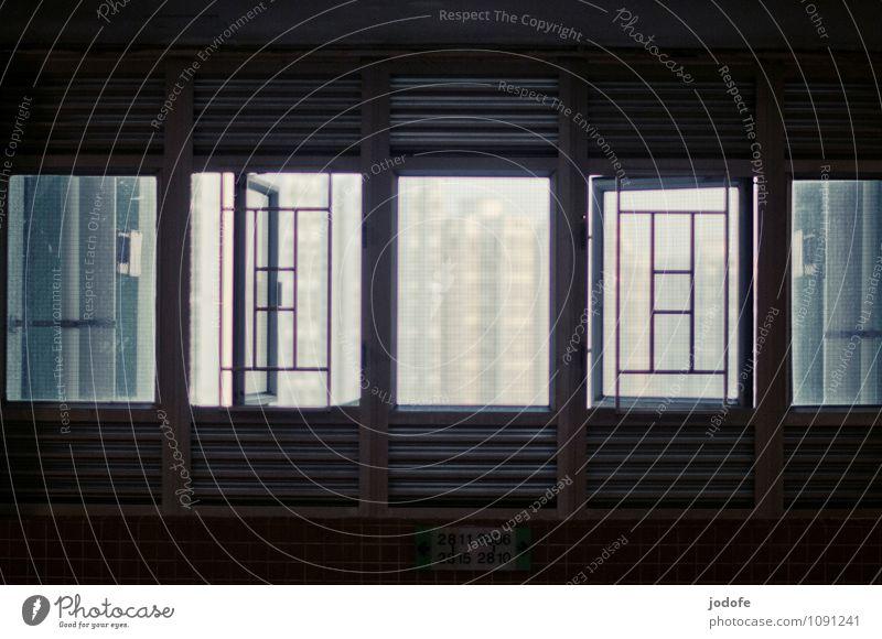 Aussicht Stadt weiß Haus dunkel schwarz Fenster Architektur trist modern offen Hochhaus Perspektive bedrohlich Bauwerk Platzangst Höhenangst