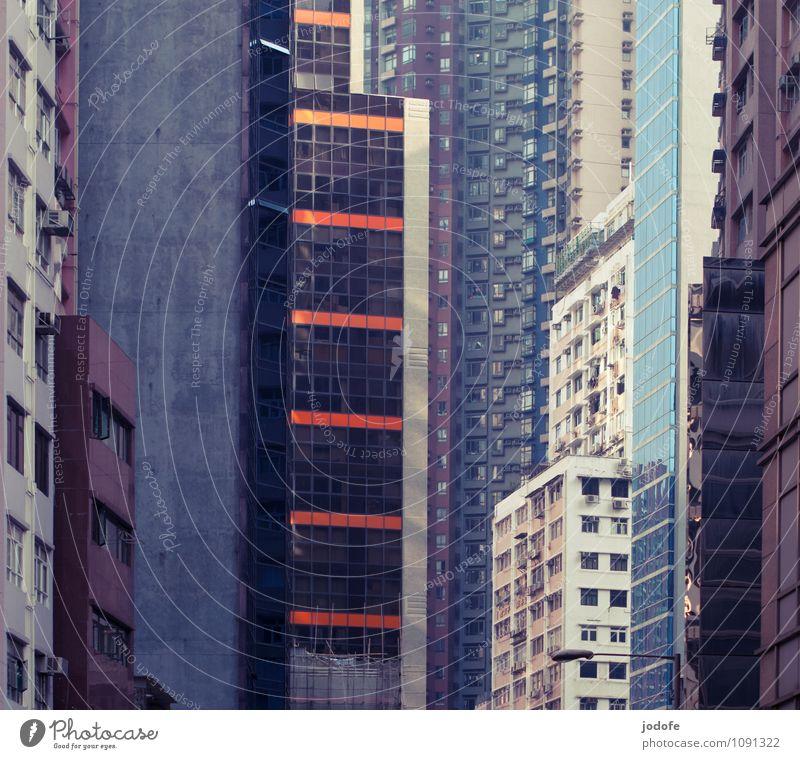 individuelle Eintönigkeit Stadt Gebäude Fassade Hochhaus groß hoch bedrohlich Unendlichkeit Platzangst Höhenangst Bankgebäude Hauptstadt Stadtzentrum exotisch
