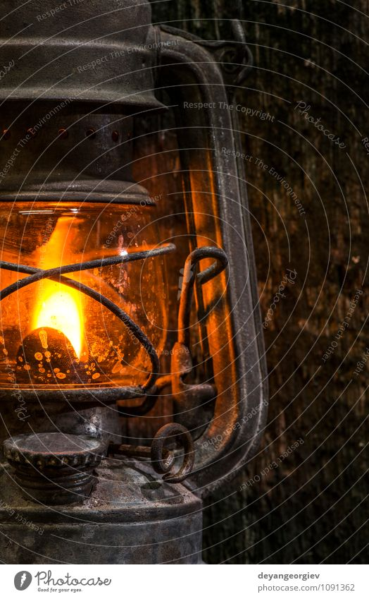 alt dunkel Lampe Metall dreckig Dekoration & Verzierung retro Laterne Tradition Camping antik Benzin Objektfotografie rustikal klassisch Antiquität