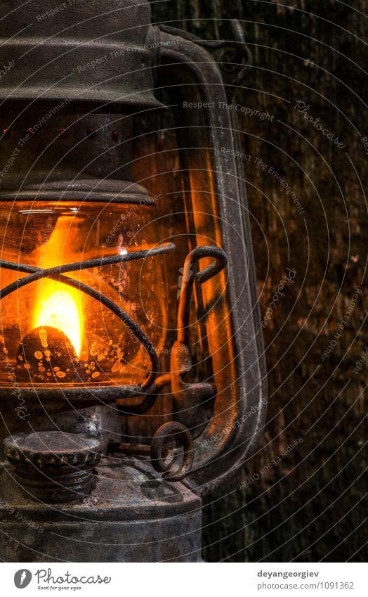 Alte Gaslaterne auf Holz Camping Dekoration & Verzierung Lampe Metall alt dreckig dunkel retro Tradition Laterne altehrwürdig Kerosin Erdöl Wand Antiquität