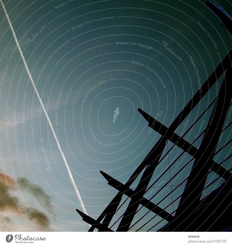 ::KEROSINE:: Nacht dunkel Flugzeug Streifen weiß schwarz Wolken Mittelformat einfach sehr wenige modern Flughafen Abend kerosin verrückt silluette Linie