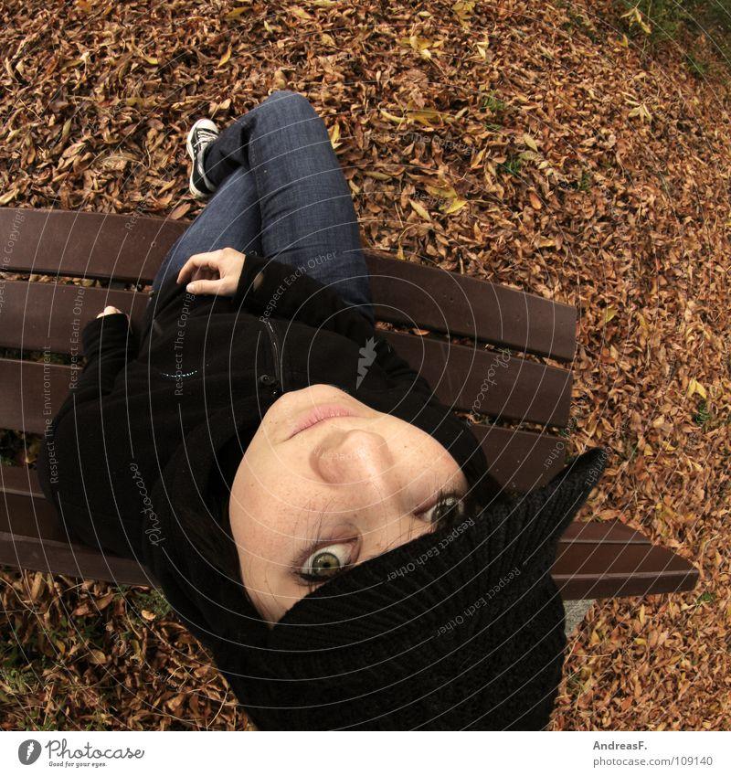 ParkBanking Frau Natur Einsamkeit Blatt Erholung Gesicht kalt Herbst Junge Frau Traurigkeit Denken sitzen Mütze Herbstlaub