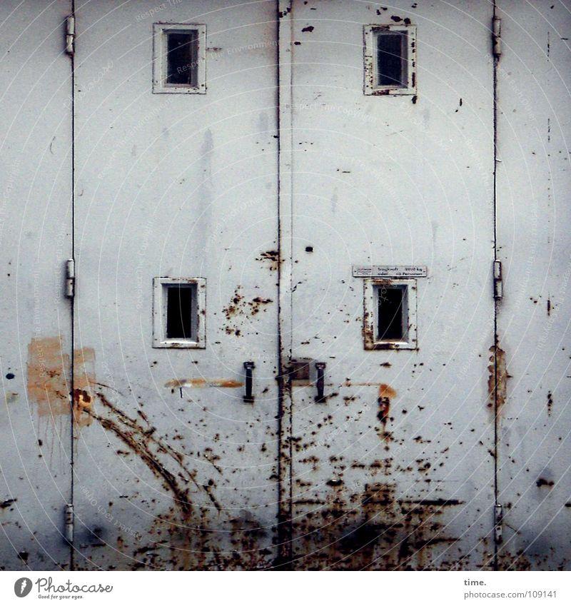 Lebenslinien #01 Tor Fenster Tür Lack Rost hoch Vergänglichkeit Kratzer Loch Scharnier Beule eng zweiteilig gebraucht gezeichnet Eingang geschlossen Spuren