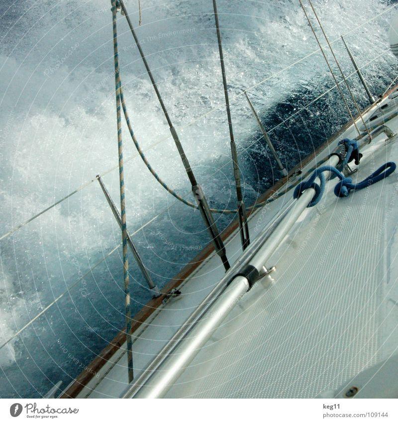 Seekrank I blau Wasser Ferien & Urlaub & Reisen weiß Meer Strand Freude Wolken Erholung Fenster Berge u. Gebirge Bewegung Küste Sand Mauer Wasserfahrzeug