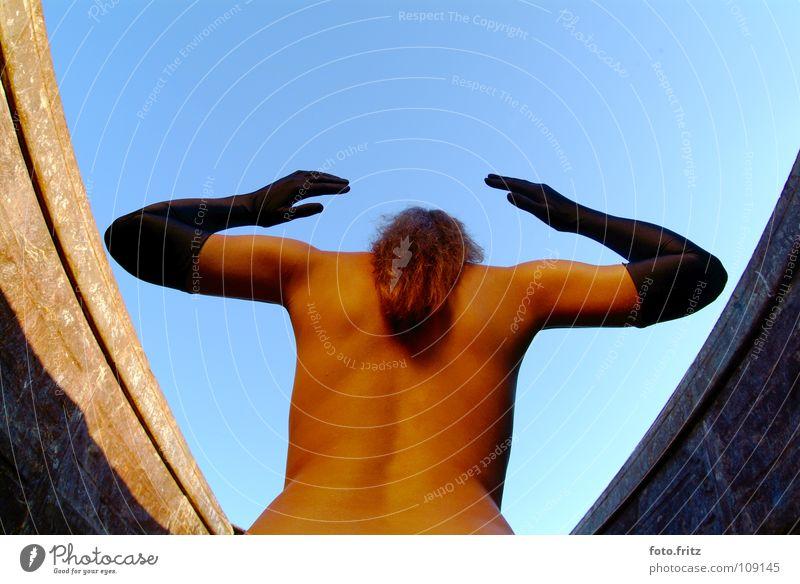 hände hoch Frau Hand Himmel blau schwarz nackt Arme Rücken Hoffnung Hinterteil Akt Gewalt Rost Handschuhe