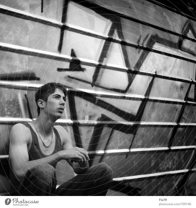 IM WRITING MY NAME IN GRAFFITI ON THE WALL Mann Jugendliche ruhig Gefühle Graffiti Mauer Traurigkeit Denken Metall Linie Arme sitzen ästhetisch Perspektive Körperhaltung beobachten