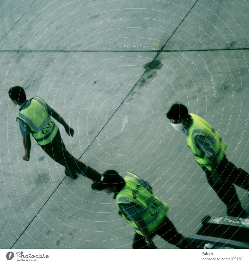 ON A PLANE Personal 3 Mann gelb Jacke überwachen retten Luft Luftverschmutzung Atemschutzmaske Beton transferieren Asien Industrie Flughafen Bodenbelag