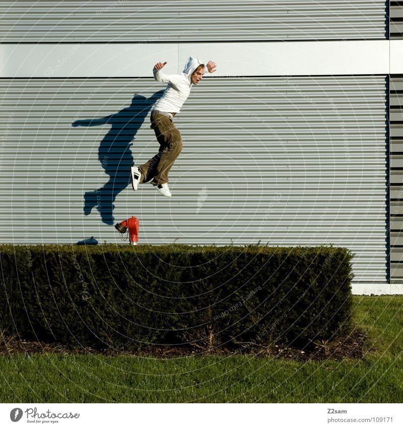 absprung Mann Natur Jugendliche weiß grün rot Sommer Gras Bewegung Garten springen Linie Beginn modern gefährlich