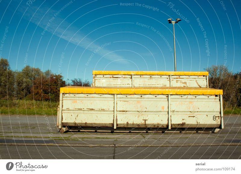 CONTAINER * 2 Abdeckung Lampe Straßenbeleuchtung Stahl Asphalt Menschenleer Wolken Gras gelb grün Industrie Verkehr verfallen Container Gefolgsleute