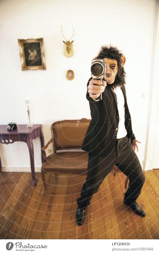 8mm ÄFFCHEN. V Mensch Jugendliche Mann Stadt Freude Junger Mann Tier Erwachsene Innenarchitektur Feste & Feiern Körper verrückt bedrohlich retro Möbel Wut